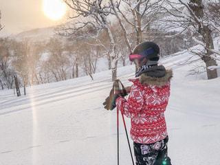 雪に覆われた斜面をスキーに乗っている人の写真・画像素材[2098237]