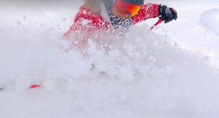 スキーに乗って雪に覆われた斜面を下るわたしの写真・画像素材[2098239]