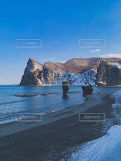 山を背景にした浜辺の人々のグループの写真・画像素材[2098240]