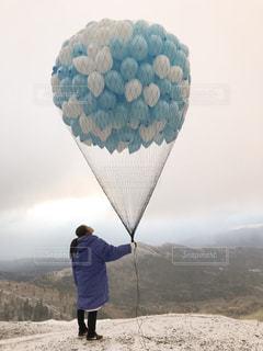 風船をもったわたしの写真・画像素材[2140341]