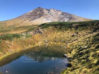 湖の隣の丘の中腹の近くの写真・画像素材[3025739]