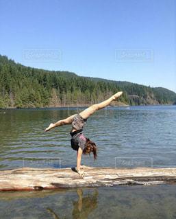 湖で倒立の写真・画像素材[3092374]