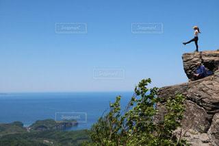 崖の上を立っているの写真・画像素材[3359110]