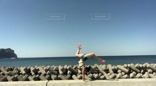ビーチで倒立の写真・画像素材[3359112]