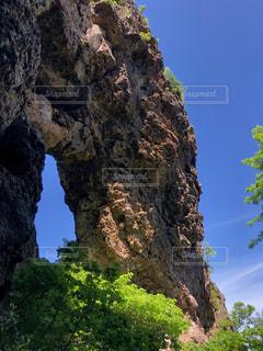 岩から見える空の写真・画像素材[3370828]