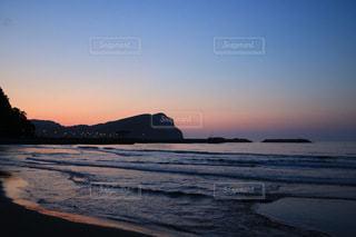 水の体に沈む夕日の写真・画像素材[3397747]