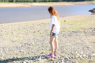 ビーチに立っている女性の写真・画像素材[3619271]