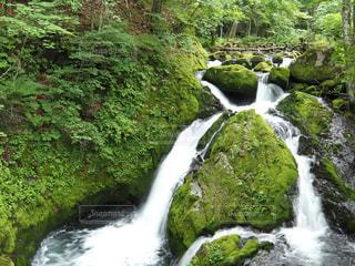 川の横にある大きな滝の写真・画像素材[1209986]
