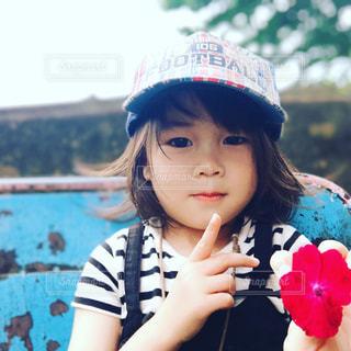 帽子をかぶった小さな女の子の写真・画像素材[2299078]