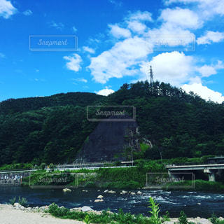 山を背景にした水域の写真・画像素材[2315392]