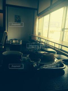ソファと窓の前でテーブル付きの部屋の写真・画像素材[1208071]