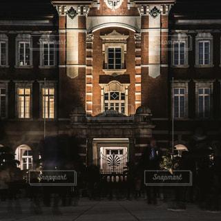 大きなレンガの多くの窓を持つ建物の写真・画像素材[1208501]