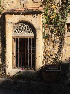 アートな格子窓の写真・画像素材[1208725]