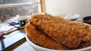 近くに食べ物のプレートのアップの写真・画像素材[1210399]