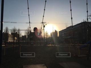 夕焼けとブランコの写真・画像素材[1209794]