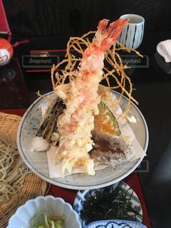 テーブルの上に食べ物のプレートの写真・画像素材[1212901]