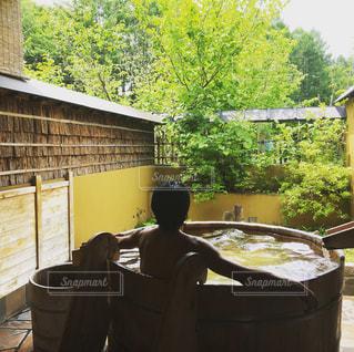 涼しい風と新緑を浴びながら貸切露天風呂。の写真・画像素材[1210239]