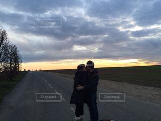 曇り空を歩く男の写真・画像素材[1242575]