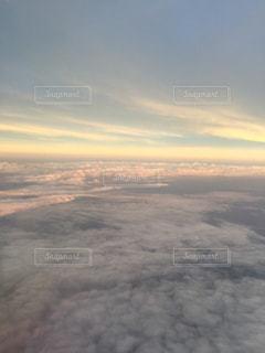 空を飛んでいる飛行機の写真・画像素材[1213221]