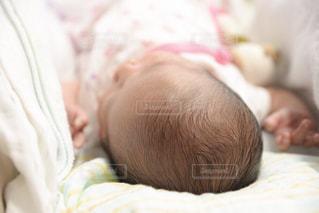 赤ちゃんのベッドの上で横になっています。の写真・画像素材[1213389]