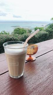 コーヒーと水のガラスのカップの写真・画像素材[1218579]