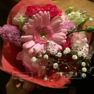 テーブルの上のピンクの花の束の写真・画像素材[1214349]