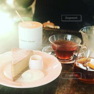テーブルの上のコーヒー カップの写真・画像素材[1211954]