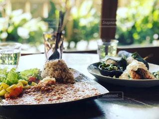テーブルの上に食べ物のプレートの写真・画像素材[1211955]