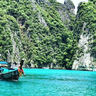 水にボートの後ろに乗っている人の写真・画像素材[1212101]