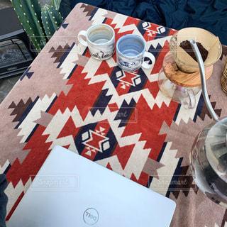テーブルの上のチラシの積み重ねの写真・画像素材[3240997]