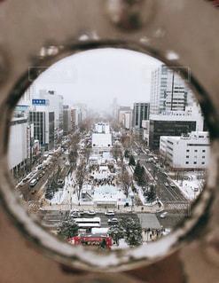 円形から覗いた雪まつりの写真・画像素材[1216045]