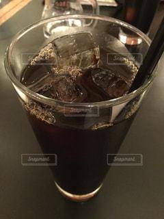 テーブルの上のアイスコーヒーの写真・画像素材[1212593]