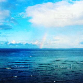 海にかかる虹の写真・画像素材[1212497]
