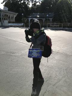 カメラを構える少年の写真・画像素材[1214252]
