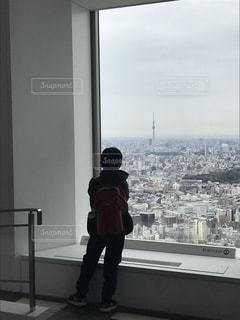 都会を見下ろす少年の写真・画像素材[1214254]