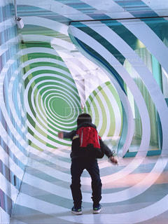 ぐるぐるに飛び込む少年の写真・画像素材[1214256]