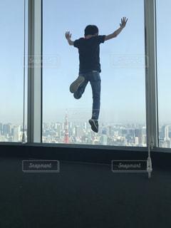 東京タワーに向かってジャンプの写真・画像素材[1214258]