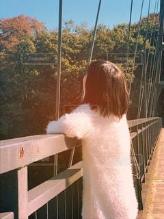 空を見上げる少女の写真・画像素材[1612471]
