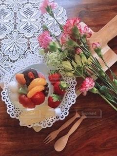 母の日にお花とスイーツをの写真・画像素材[2111432]