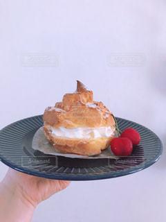 皿の上のシュークリームの写真・画像素材[3300796]