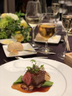 食品とテーブルの上にワインのグラスのプレート - No.1212704