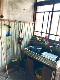 昭和レトロなシンクと窓付きの部屋の写真・画像素材[1213637]