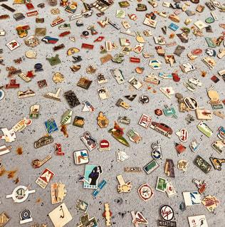 蚤の市のピンバッジの写真・画像素材[1213662]