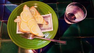 タイルテーブルとレモントーストの写真・画像素材[1214516]