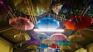 カラフルな傘の駅の写真・画像素材[1215635]