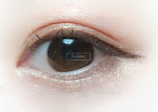 コーラルピンクのアイシャドウメイクの写真・画像素材[1723697]