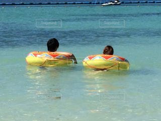水体を泳ぐ人たちのグループの写真・画像素材[1223627]