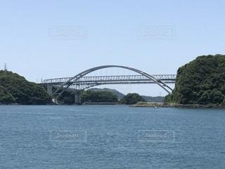 水の体の上の橋の写真・画像素材[1221257]