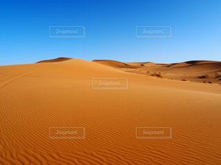 青い空とサハラ砂漠の写真・画像素材[1216297]