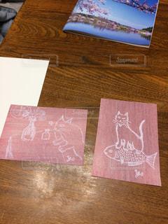 木製のテーブルのパンフレットのスタックの写真・画像素材[1214312]